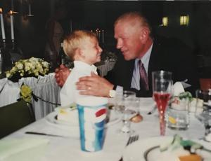 Alexander, 5 år, tillsammans med sin morfar på hans föräldrars bröllop. FOTO: Privat