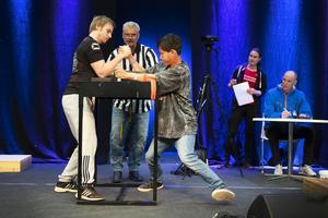 Heidi Andersson och Björn Ferry ledde armbrytartävling. Här möts Gabriel Andersson från Järvsö och William Suksamran från Ånge.