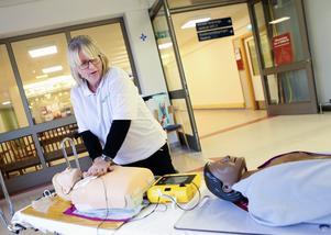"""Som en del i uppmärksammandet av """"Restart a heart day"""" var Ulrica Jönsson från Kliniskt träningscentrum på plats i Östersunds sjukhus entré för att visa hur en hjärtstartare fungerar."""