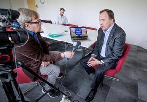 Stefan Löfven svarar på Mittmedias tittarfrågor. Klas Leffler håller i mikrofonen.
