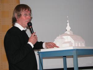 Gunnar Mattsson presenterar tillbyggnaden av Leksands kyrka 2005. Foto Per Källgren/Arkiv