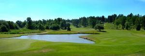 Även den konstgjorda naturen kan vara vacker. Här en panoramabild över sjön på 18:e hålet på Frösåkers golfbana.
