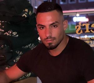 Tola Mohammed på Pitchers, där han extrajobbar som bartender. Foto: Privat