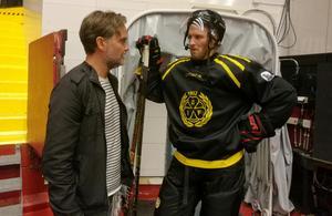 Daniel Sandström följer Brynäs från insidan den här säsongen. Här i samspråk med Niclas Andersén.