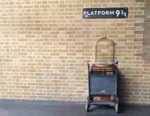 Plattform 9 3/4 på Kings cross i  London tar oss till Hogwarts skola för häxkonster och trolldom. Foto: Sarah Ehlers/Unsplash