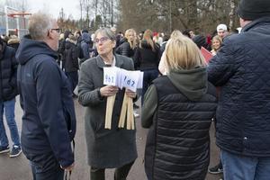 Utrymning och uppsamling vid Önsta skolan efter att brandlarmet har gått vid lunchtid på onsdagen.