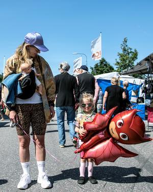 Anna Moström och Aster Larsson Moström hade precis köpte sig en ballong och tyckte de var kul att det var så mycket folk i Junsele.