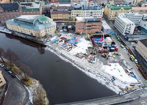 Sedan oktober pågår grundarbetena i Kulturkvarteret längs Svartån i centrala Örebro. (Bilden är tagen i mitten av januari när det fortfarande låg snö på platsen)