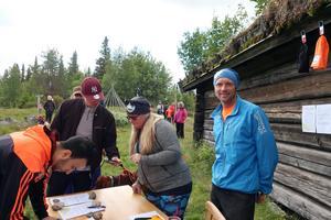 Anette Gustafsson och Björn Jonsson från arrangerande Gröveldalens Sportklubb tar emot anmälningar. Foto: Anna-Karin Ejdervik