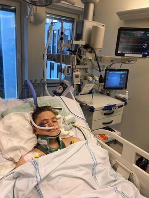 Adam Westlund från hans tid på sjukhuset. Efter operationen fick Westlund gå med nackkrage i 3 månader och en vecka.  Foto: privat.