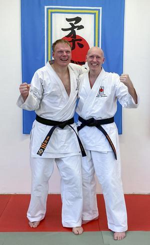 Håkan Karlsson och Anders Grundström är nöjda och glada efter den lyckade kraftansträngningen. 3:e dan markeras med tre streck på det svarta bältet. Foto: Emelie Grundström