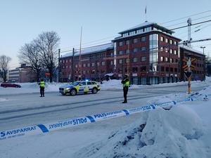 Polisen spärrade av ett stort område i centrala Sundsvall. Trafikverkets personal fick sluta för dagen och de elever som befann sig i lokalen fick avboka sina prov.