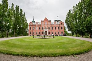 Boo slotts park är öppen för allmänheten men inte slottet med gårdsplan och växthus.