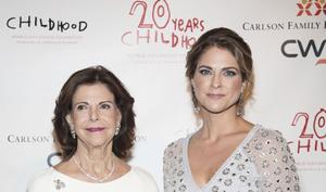 Drottning Silvia och prinsessan Madeleine vid Childhoods Thank you-gala på Plaza Hotel i New York.Foto: Pontus Höök/TT