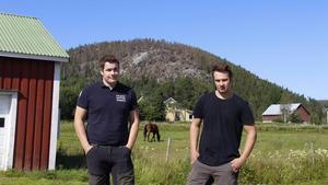 Alexander och Oscar Westerlund med Burberget i bakgrunden.