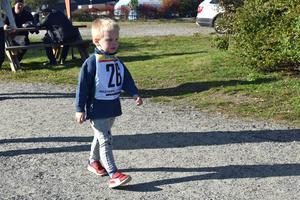Loppets yngste deltagare är på väg i mål; Benjamin Leissner, tre och ett halvt år gammal.