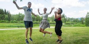 Joel Bäckström, Wilma Eriksson och Alexandra Berggren är peppade inför studenten.