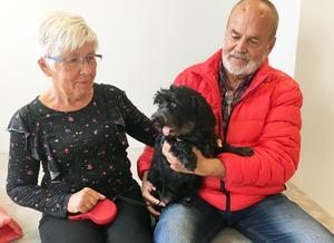 Britt och Lars Bergström från Nordingrå tillsammans med hunden Bessie.