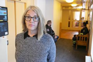 Lena Fröyen oroas över att myndighetspersoner utsätts för hot och tills vidare kommer det finnas två vakter i socialförvaltningens entré.