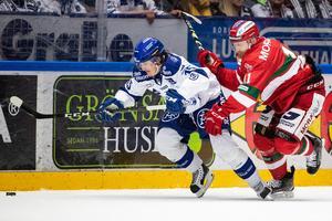 MIK–forwarden Alexander Hilmerson och Johan Porsberger i Leksand, här i en duell. Foto: Daniel Eriksson/Bildbyrån.