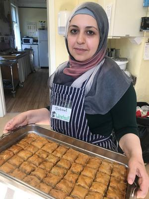 Köket erbjuder även internationella bakverk. Batoul från Syrien har bakat den populära baklavan.