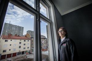 Annika Karlsson, uthyrare och seniorsamordnare på Öbo, visade utsikten mot innergården och västerut från visningslägenheten på Kungsgatan.