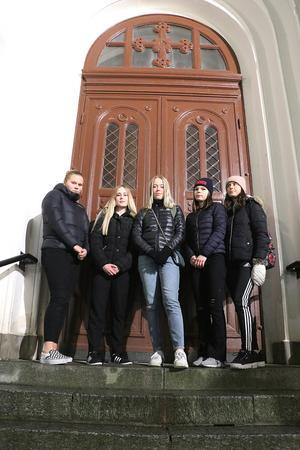 Agnes Vaatho, Vendela Mickelstrand, Sofia Vilhelmsson, Julia Törnqvist och Johanna Hundermark utanför kyrkporten. De blev inlåsta i kyrkan och nu har de skrivit ett kritiskt brev till kyrkorådet. Saknas gör Sara Sandberg och Linnea Karlsson som också ingår i luciatruppen.