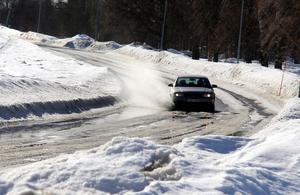 Under onsdagseftermiddagen smälte snön  snabbt och vägarna blev i det närmaste ofarbara.