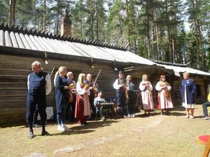 Fiolmusiken från musikanterna gjorde Zorns målarstuga vid Österdalälven levande och inbjudande, skriver Arne Pettersson. Foto: Privat