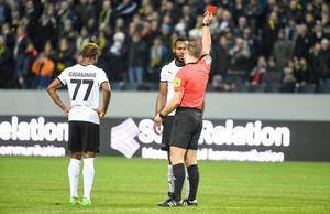 Michael Omoh synar domare Kristoffer Karlssons röda kort efter duellen med Jesper Nyholm som resulterade i ett benbrott för AIK-spelaren. Foto: Henrik Montgomery/TT