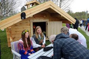 Sarina Blind och Elina Ståhl sålde lotter på den timmerstuga som gubbarna i byn tillverkat
