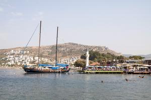 Segelbåtar och badbryggor - en vanlig syn längs Bodrumhalvön.