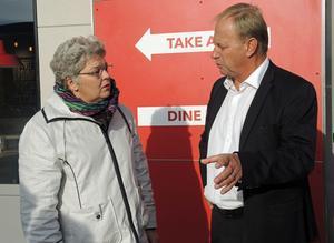 Kommunalrådet Mari Jonsson  och Pizza Huts vd Björn Källström.