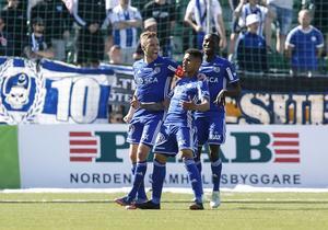 Romain Gall firar ett mål tillsammans med David Myrestam och Peter Wilson. Foto: Thérese Ny, TT.