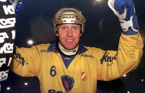 Jörgen Momqvist i guldhjälm efter de två målen i World Cup-finalen mot Västerås SK 1998. Foto: Stefan Sjödin
