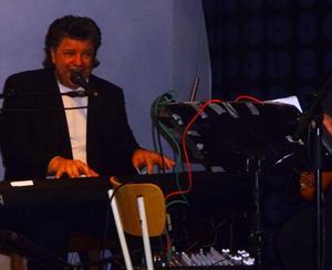 Chris O'Berg har förebilder som Charlie Norman och Robert Wells. Har spelat Rapsody in rock så folk har tagit fel på pianisten och trott det var Robert Wells som spelade.