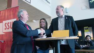 Kommunstyrelsens ordförande i Åre Peter Bergman, (t.h.)tog tacksamt emot nya friska miljoner från  landsbygdsminister Sven-Erik Bucht (S) vid torsdagens besök i Åre. På plats i Järpen  fanns även riksdagsledamoten Annacaren Sätherberg.