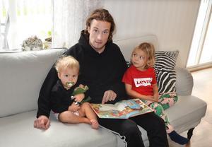 Serien om Drutten och Plutten är favoritböckerna för barnen i familjen Hallenius.  Men även Alfons Åberg går hem.