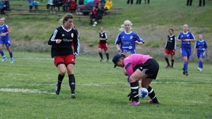 Järpens målvakt var duktig men tappade här bollen mellan benen och Gunilla Ektander kunde lägga den i öppet mål.