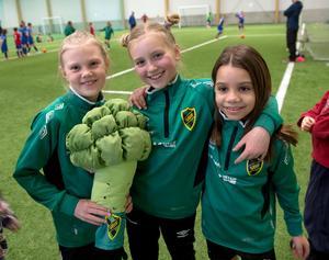 Alva Swartling, Lycke Jansson och Anna Busatto Machado spelar i Sidsjö-Böle flickor 08.