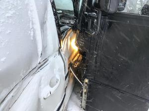 Busschauffören hann inte stanna när bilen gled ut i korsningen och krocken kunde inte undvikas.