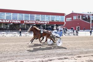 Gabriella Kjellbergs Skönhet spurtar till seger tillsammans med Kjell Svanstedt.