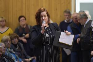Ingela Norrby hade med sig över 700 namnunderskrifter i protest mot förslaget.