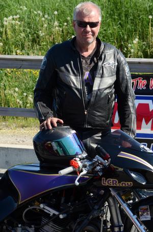 Thomas Pettersson, Söderhamn, har förbättrat sitt personliga rekord i sluthastighet två gånger under helgen och är kvaltrea i Top fuel bike.