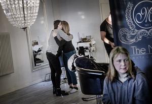 Evan Yassen har flera vänner bland Örebros hemlösa som hon har regelbunden kontakt med. Några dök upp under hennes drop in-erbjudande på onsdagen. I förgrunden Jenny Wallström som väntar på sin tur.