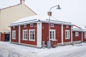 Trivsam villa i anrika kulturkvarteret Elsborg. Det lilla boningshuset är helrenoverat. Kök med tak i nock och synliga takbjälkar. Foto: Länsförsäkringar Fastighetsförmedling.