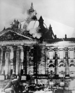 Eld flammar upp från riksdagshuset i Berlin. Riksdagshusbranden blev avgörande för att nazisterna skulle få igenom den fullmaktslag som gav all makt åt Hitler.