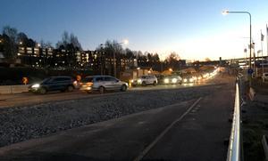 Bilköerna är långa  på gamla E4 under morgonrusningen efter den senaste avstängningen.