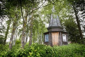 Här, i en skogsdunge bredvid en åker i Optand, står det gamla tornet.