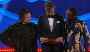 Freddie och Tusse sekunder innan beskedet om att Tusse vunnit Idol 2019. Skärmklipp: TV4